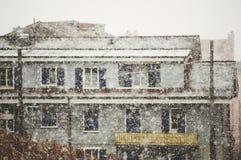 La forte nevicata cade in una città Immagini Stock Libere da Diritti