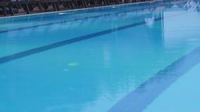 La forte pluie tombe dans une piscine Bruit de la chute de pluie banque de vidéos