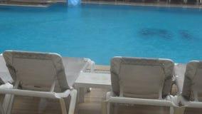 La forte pluie tombe dans une piscine Pas saison, piscine abandonnée sale clips vidéos