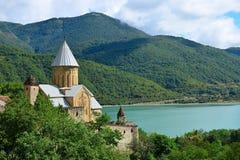 La forteresse antique Ananuri en Géorgie est située entre le réservoir de Zhinvali et la route militaire géorgienne Photographie stock