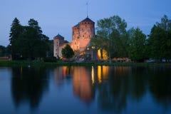 La forteresse antique d'Olavinlinna, crépuscule de juillet Savonlinna, Finlande images stock