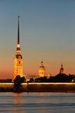 La forteresse de Peter et de Paul avec le palais promenade aux clo de coucher du soleil Images libres de droits