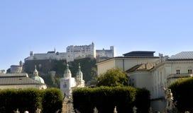 La forteresse des jardins de Mirabell et le Schloss Mirabell au centre de Salzbourg en Autriche Photographie stock