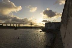 La fortezza dei tre saggi e Newton Navarro Bridge sopra il fiume di Potengi Fotografia Stock