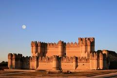 La fortezza della coca (Spagna) al crepuscolo con la luna piena fotografie stock