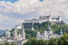 La fortezza di Salisburgo (Festung Hohensalzburg) veduta da Salzach rive Immagine Stock Libera da Diritti