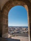 La fortezza medievale Alcazaba di moresco a Almeria, punta orientale è il bastione dell'uscente, arco di Almohade della torre del Fotografia Stock