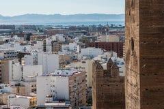 La fortezza medievale Alcazaba di moresco a Almeria, punta orientale è il bastione dell'uscente, arco di Almohade della torre del Fotografie Stock