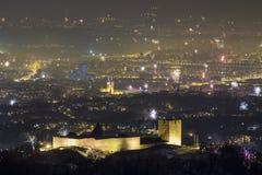 La fortezza medievale di Medvedgrad e dei fuochi d'artificio sopra Zagabria immagini stock libere da diritti
