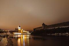 La fortezza medievale Ivangorod e tedesco, notte Immagini Stock