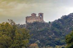 La fortezza nelle montagne di Rhodope, Bulgaria di Assen immagine stock libera da diritti