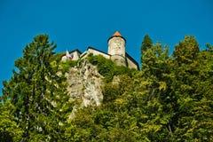 La fortezza su una scogliera nel lago ha sanguinato in alpi slovene Fotografie Stock