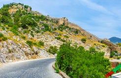 La fortezza sulla collina rocciosa Fotografie Stock