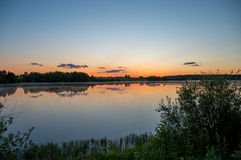 La foschia aumenta sopra il lago Immagini Stock