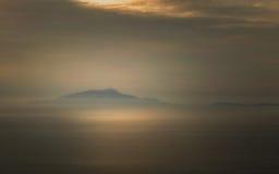 La foschia circonda le isole italiane del d'Ischia e di Procida di Isola Immagine Stock