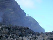 La foschia del mare spruzza nell'aria sopra le rocce della lava con il punto di Makap'uu Fotografia Stock