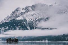 La foschia di Eibsee del lago copre il lago Fotografia Stock Libera da Diritti