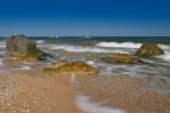 La foschia di estate fluttua sul mare Fotografia Stock
