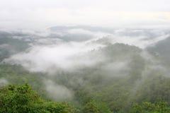 La foschia di mattina è alta lungo la collina Fotografia Stock