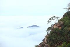 La foschia di mattina è alta lungo la collina Fotografie Stock