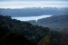 La foschia di primo mattino sopra un serbatoio di acqua e una foresta Silvan Reservoir ha sparato da Olinda nei guardie forestali fotografie stock libere da diritti