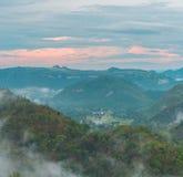 la foschia ha coperto le montagne Fotografia Stock Libera da Diritti