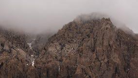 La foschia ha protetto la cima della montagna dall'inverno Immagine Stock