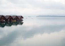 La foschia in una mattina, alloggio presso famiglie sul lago Fotografia Stock
