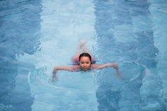 La foto aérea de la visión superior de un modelo atractivo atractivo en el traje de baño blanco está gozando se relaja en piscina Imagen de archivo