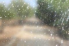 La foto abstracta borrosa de la explosión de la luz entre rtees y bokeh del brillo se enciende imagen filtrada y texturizado foto de archivo