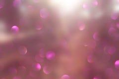 La foto abstracta de la explosión de la luz entre árboles y bokeh del brillo se enciende se empaña y se filtra la imagen Fotografía de archivo