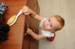 La foto advierte a padres sobre los peligros ocultados que plantean un riesgo a los niños en sus hogares El peligro para el child Imagenes de archivo