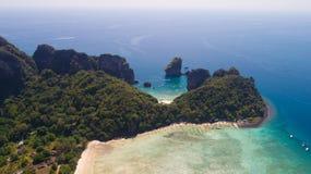 La foto aerea del fuco di Loh Lana Bay e la baia di Nui tirano, parte dell'isola tropicale iconica di Phi Phi Fotografia Stock Libera da Diritti