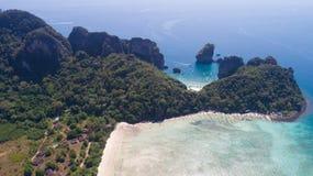 La foto aerea del fuco di Loh Lana Bay e la baia di Nui tirano, parte dell'isola tropicale iconica di Phi Phi Immagini Stock Libere da Diritti
