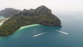 La foto aerea del fuco di Yong Kasem Bay ha chiamato la spiaggia di Monkey, parte dell'isola tropicale iconica di Phi Phi immagine stock