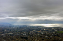 La foto aerea del paesaggio ed il Giappone costeggiano intorno alla baia di Tokyo che allunga tutto il modo all'orizzonte durante Immagini Stock Libere da Diritti