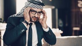La foto alta vicina dell'arabo ha forti emicranie fotografia stock