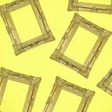 La foto antica dell'oro incornicia il collage su fondo giallo Fotografia Stock