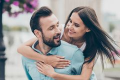 La foto ascendente cercana de la juventud atractiva encantadora linda casada tiempo libre de la primavera del fin de semana goza  imagen de archivo libre de regalías
