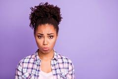 La foto ascendente cercana de la juventud decepcionada de la señora frustrada hace que la ofensa reaccione para llorar la informa imágenes de archivo libres de regalías