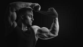 Posa di modello maschio di giovane forma fisica adatta del for Modelli di caverna dell uomo