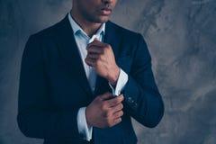 La foto cosechada de la visión de la principal mano de brazo con clase elegante del tacto del multimillonario siente el pelo cort fotografía de archivo libre de regalías