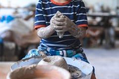 La foto cosechada del pequeño artista pre adolescente inspirado se sienta dentro de trabajos foto de archivo libre de regalías