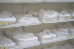 La foto de la falta de definición de los trajes del bebé vende en estantes imagen de archivo
