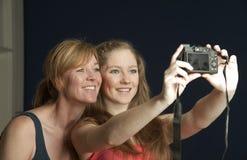 La foto de familia una madre y una hija toma un selfie Imagen de archivo libre de regalías