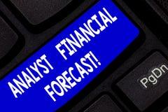 La foto de Financial Forecast Conceptual del analista de la demostración de la muestra del texto estima los resultados financiero imagen de archivo libre de regalías