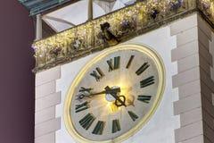 La foto de HDR de un detalle en las torres del ayuntamiento de Olomouc registra en la noche con la decoración de la Navidad fotografía de archivo libre de regalías
