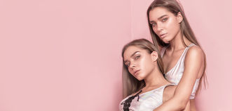 La foto de la belleza del caucásico hermana a hermanas Fotos de archivo libres de regalías