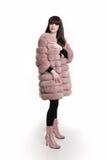 La foto de la moda de la mujer de moda en abrigo de pieles rosado lleva en tre Imagen de archivo libre de regalías