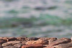 La foto de la superficie clara hermosa del agua del océano del mar de la turquesa con las ondulaciones en fondo del paisaje marin Imagen de archivo